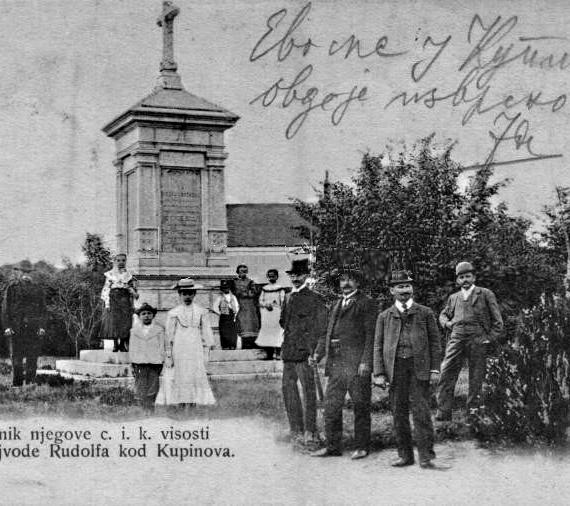 Споменик краљевићу Рудолфу код Купинова – остатак комеморативне плоче са ћириличним натписом